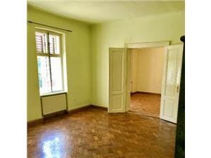 Apartament central 3 camere, de vanzare
